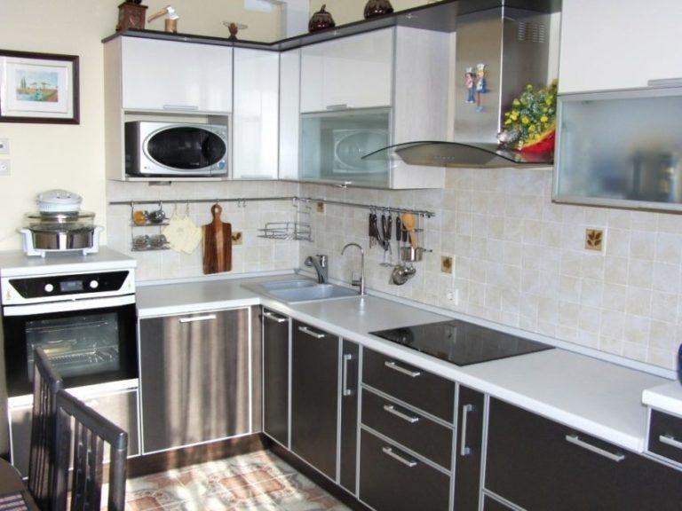 Белая кухня в алюминиевом профиле