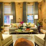 Гостиная с двумя окнами в стиле минимализм.