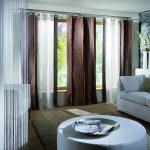 Зал в стиле минимализм с красивыми шторами