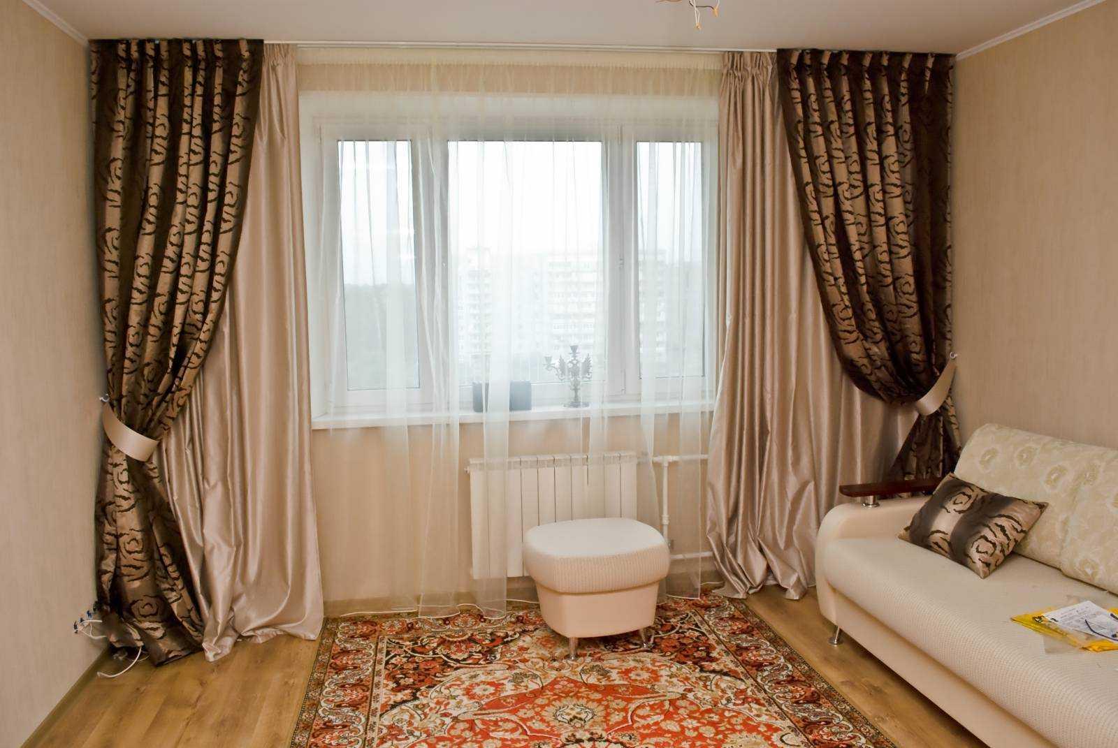 современный дизайн окна в гостиной.