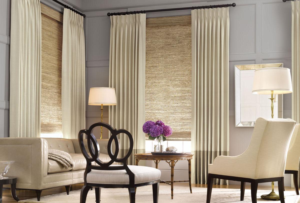 Рулонная штора с портьерами в гостиной.